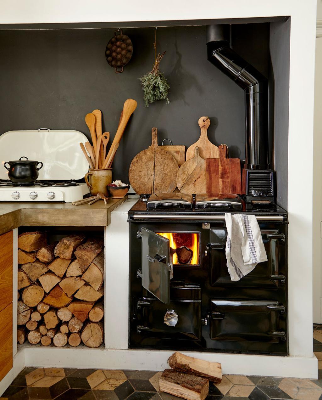 vtwonen 12-2019 | Binnenkijken in een boerderij in Aalten keuken zwart fornuis