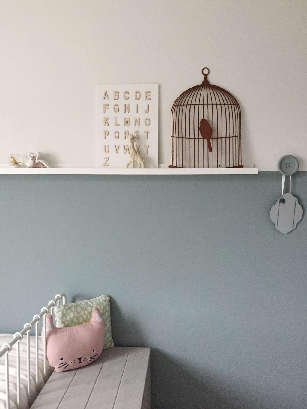 Kinderkamer blauwe muur roze kussen Seline Steba