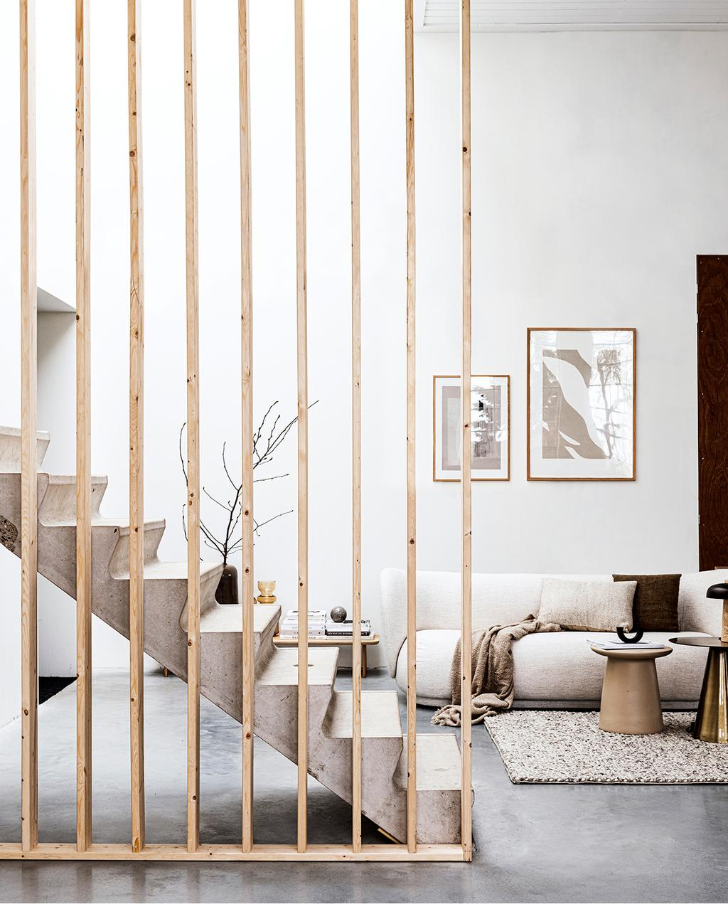 vtwonen 2020 DIY special 01 | Room divider van hout grenst aan woonkamer