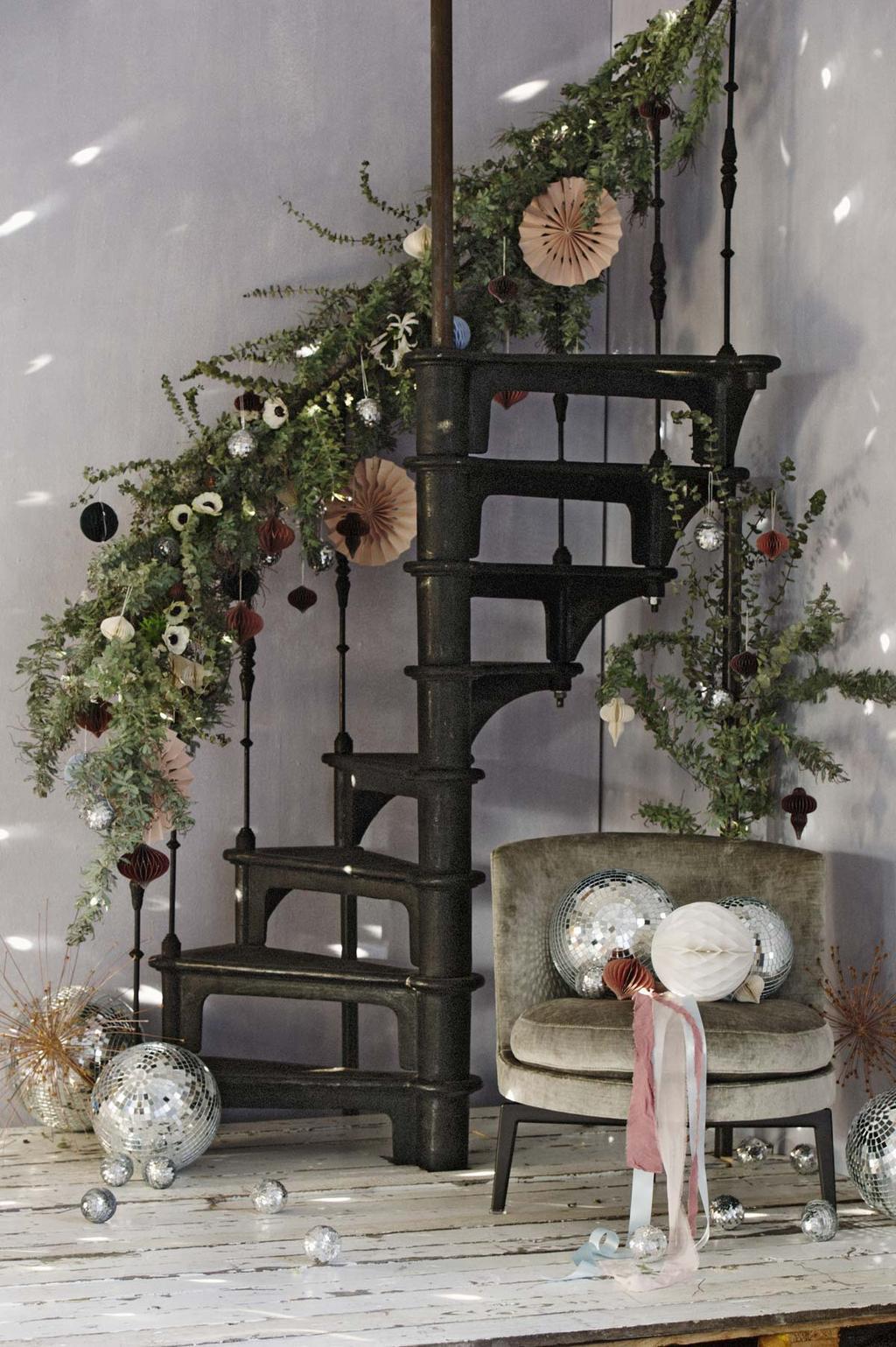 Trap versierd met bloemen, groen en feest decoratie voor het nieuwe jaar.