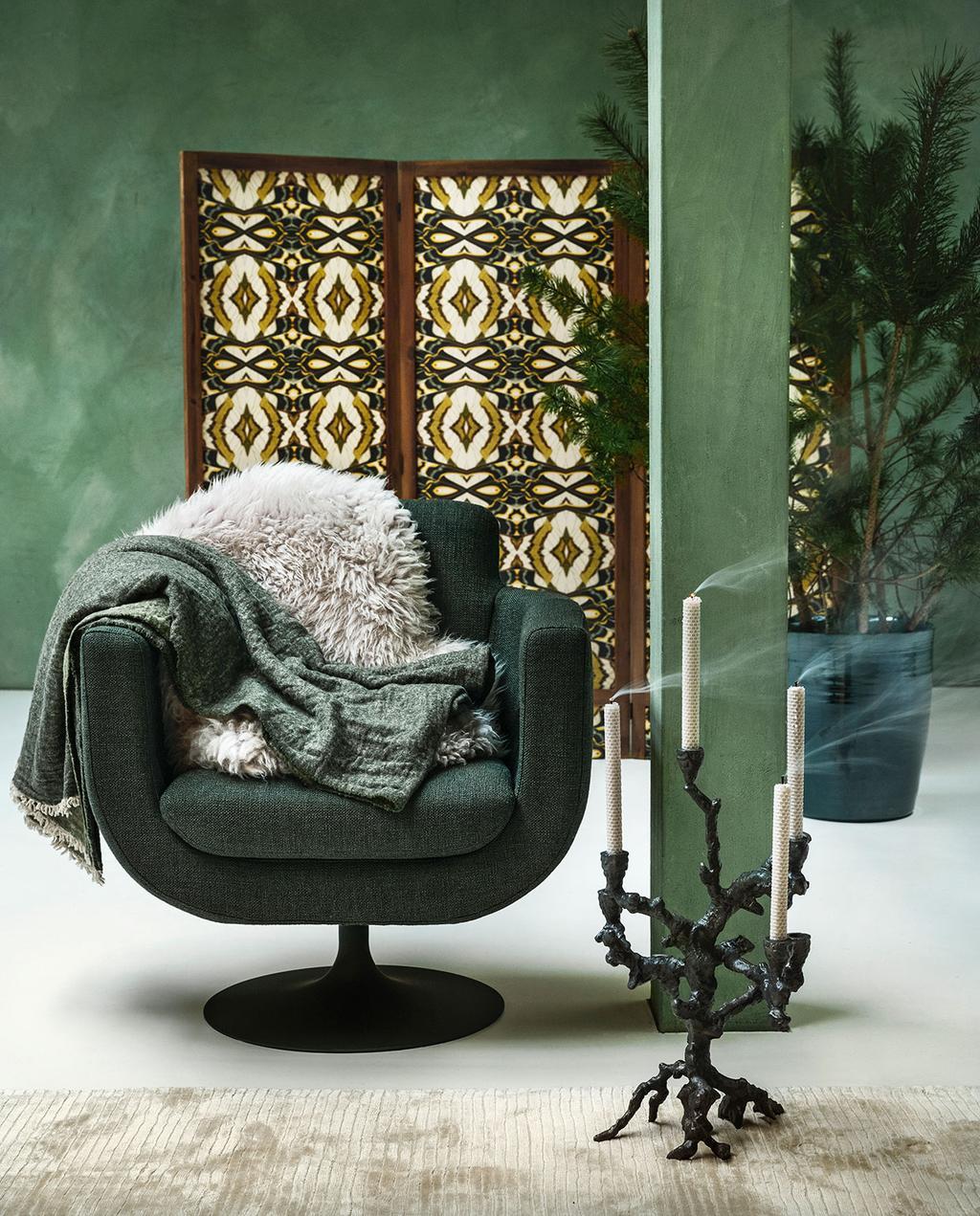 vtwonen 01-2021 | groene fauteuil met panelen op achtergrond