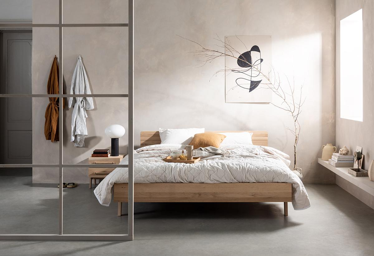 Slaapkamer houten bed stalen deur naturel kleuren decoratietak Swiss Sense
