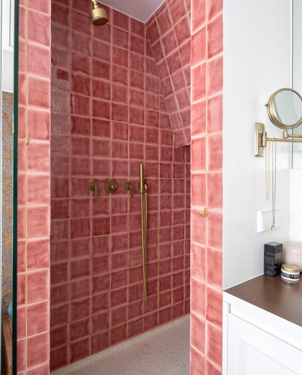 vtwonen special tiny houses | douche met luxe hotel sfeer en roze tegels