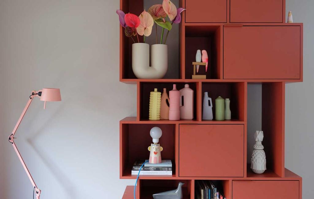 vtwonen blog prchtg | kast met keramieke vaasjes in verschillende kleuren