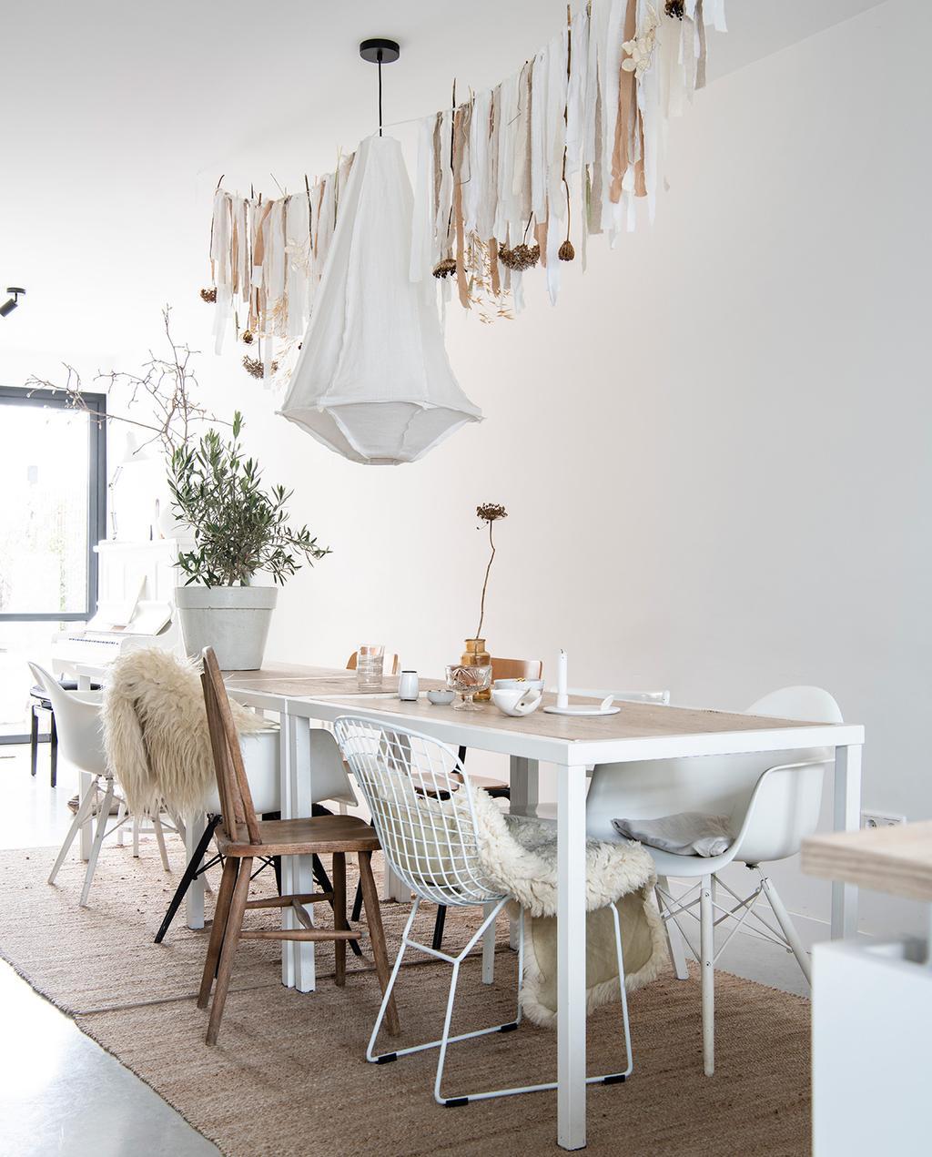 vtwonen 04-2021 | eettafel met verschillende stoelen