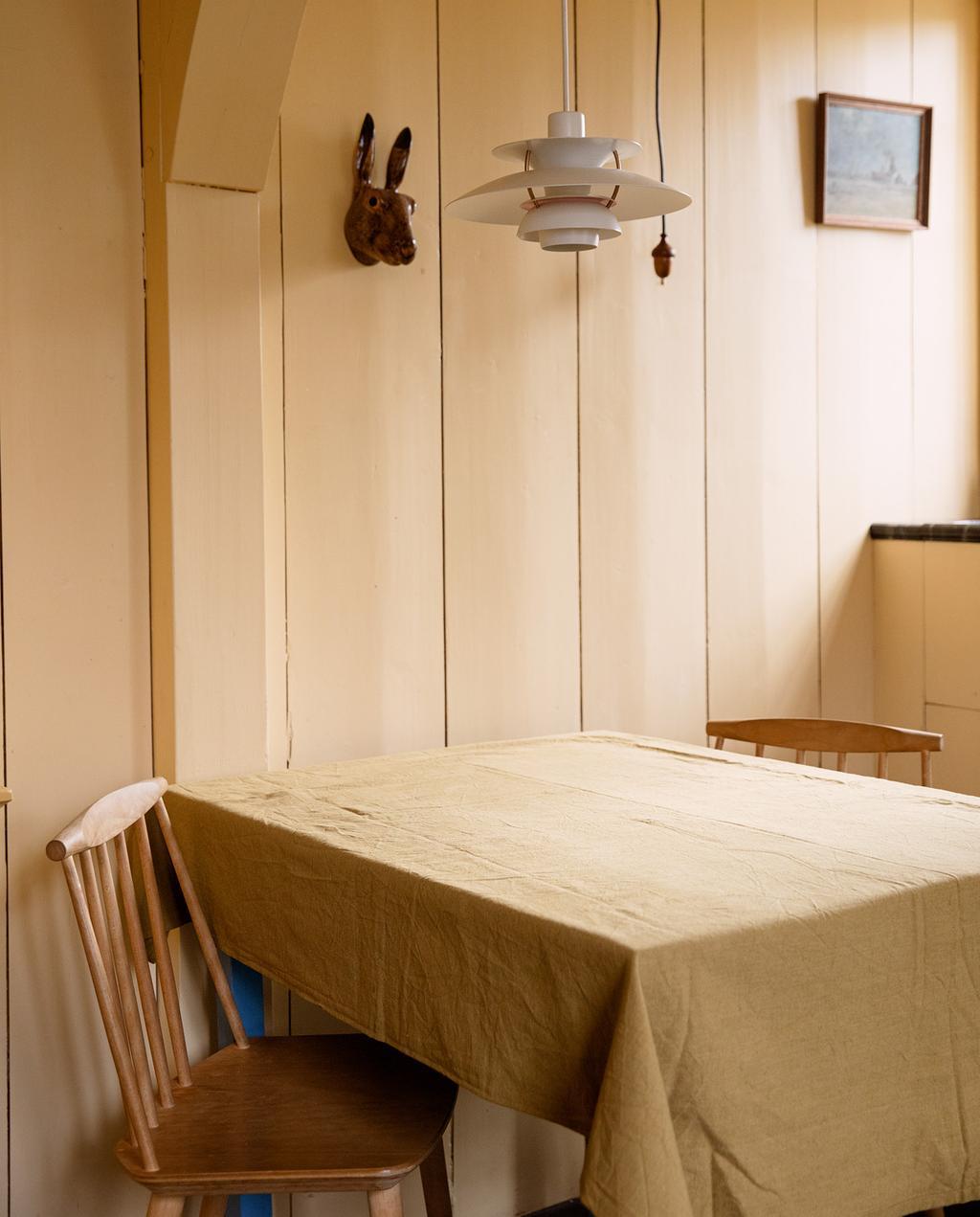 vtwonen 05-2021 | geel tafelkleed met stoelen