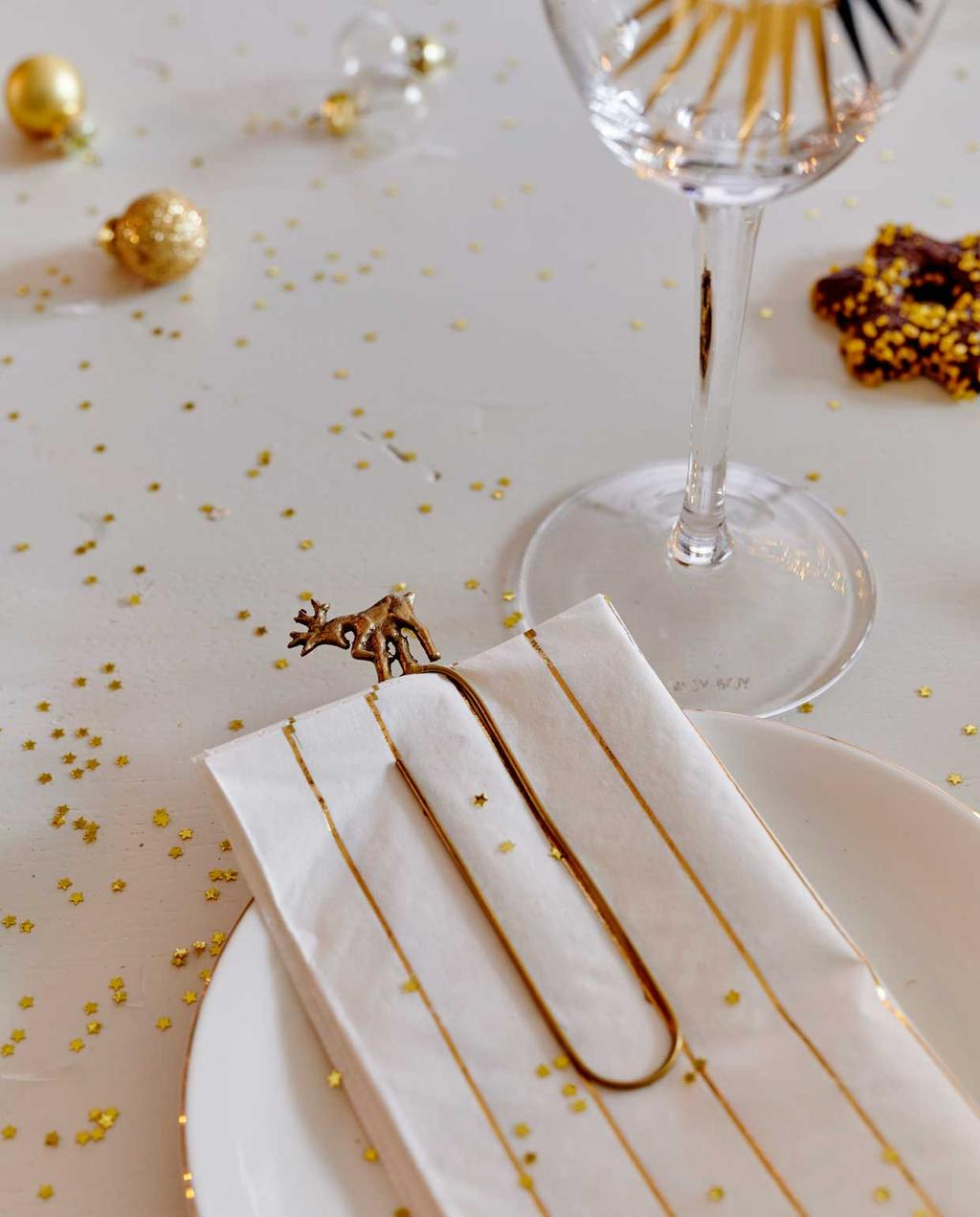 vtwonen 12-2020 | binnenkijken 100 jaar oud herenhuis haarlem | gedekte tafel wit met goud