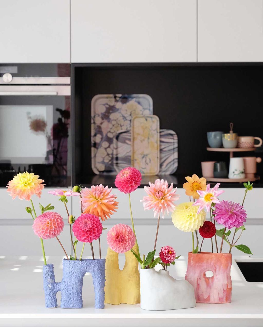 vtwonen blog prchtg | keramieke vaasjes met bloemen in de keuken