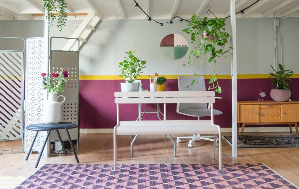vtwonen 06-2020 | binnenkijken in Nijmegen kleurrijke woonkamer met bankje