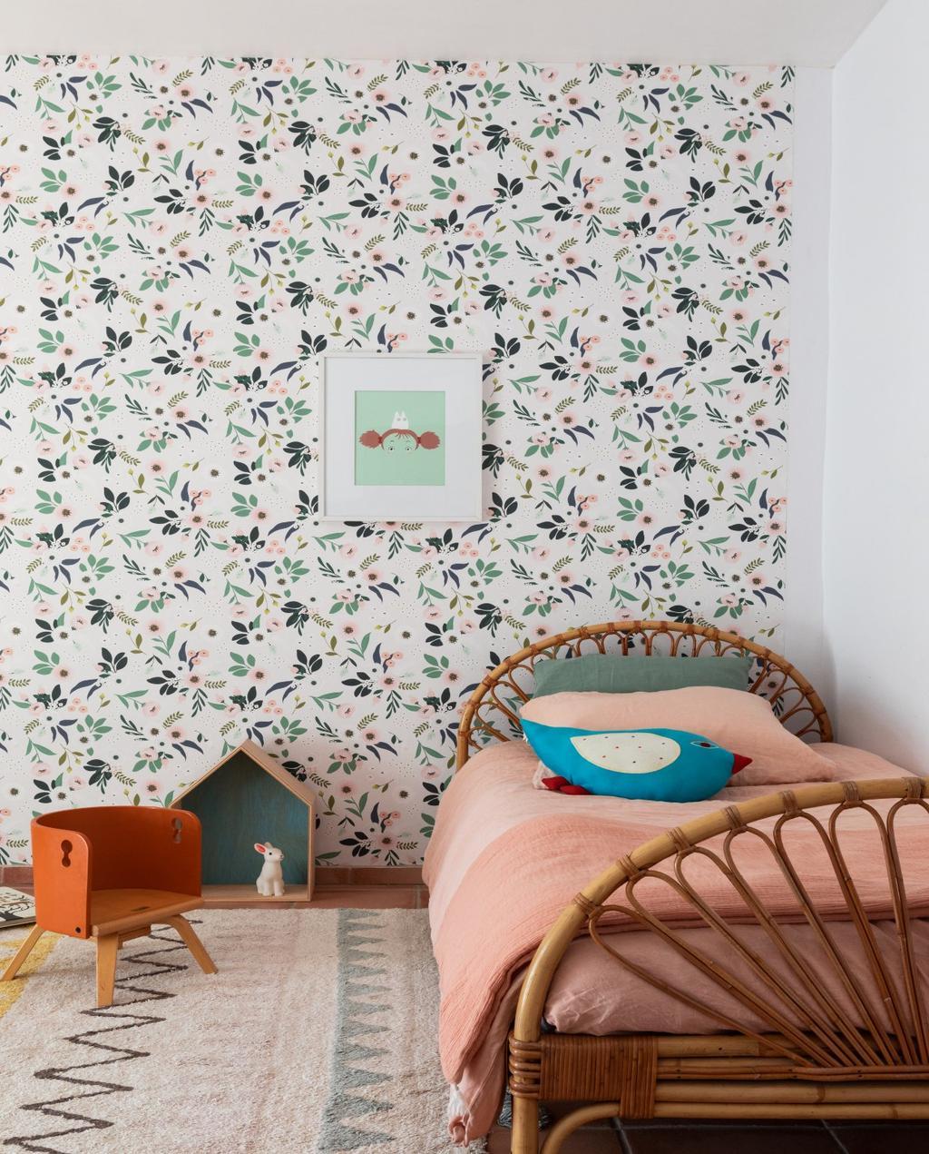 vtwonen 08-2020 | bk buitenland Frankrijk slaapkamer met rotan dekbed en roze dekbed