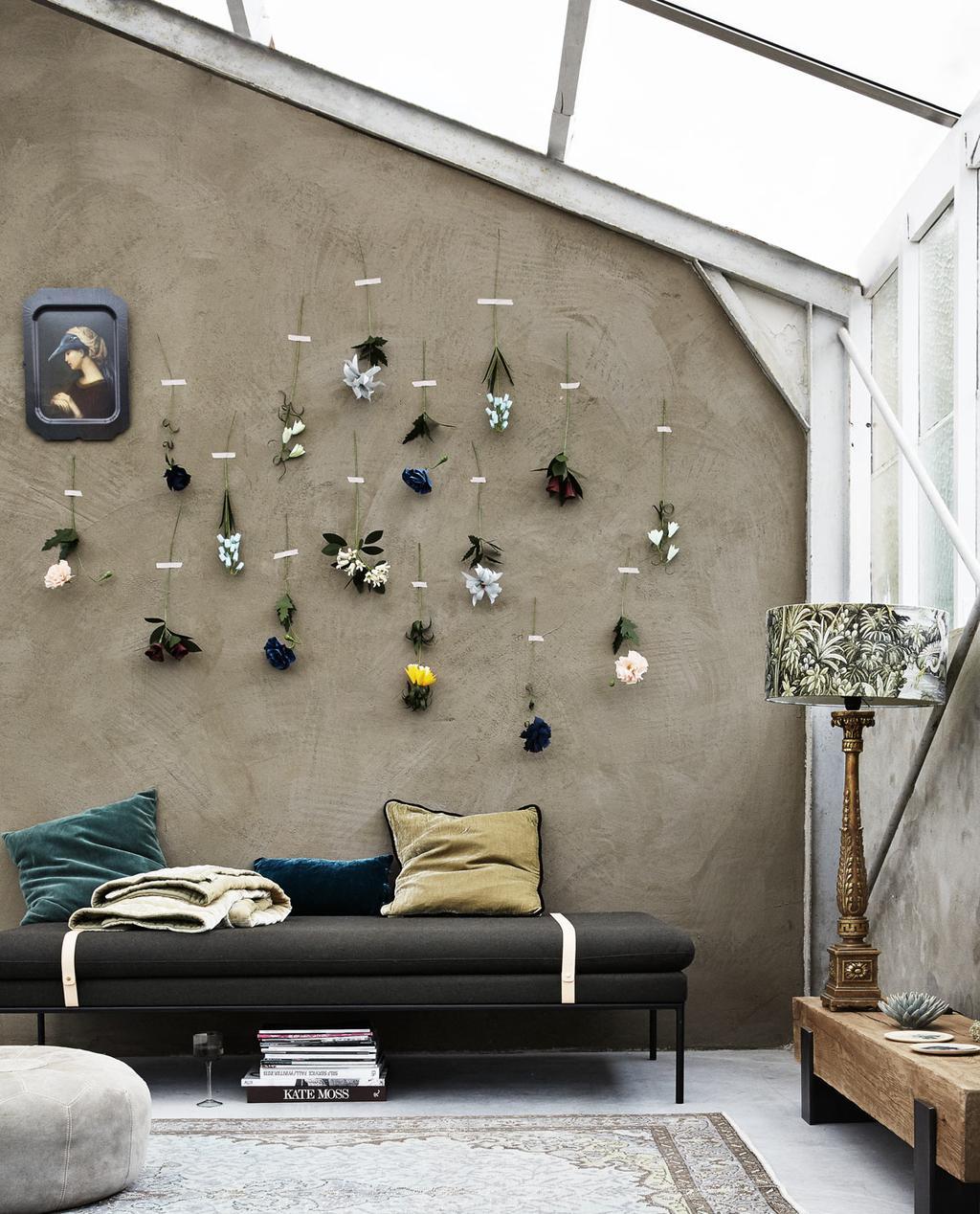 Bloemen styling met gedroogde bloemen op een beige muur