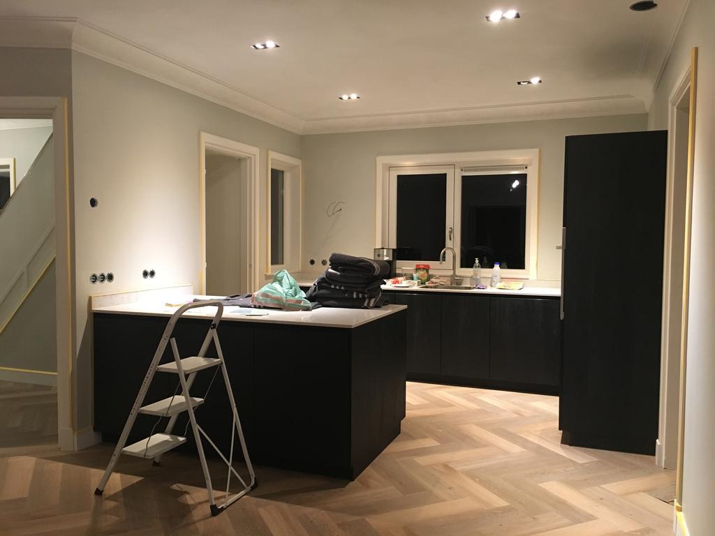 het-eerste-schildereek-en-zicht-op-de-keuken-met-de-visgraatvloer