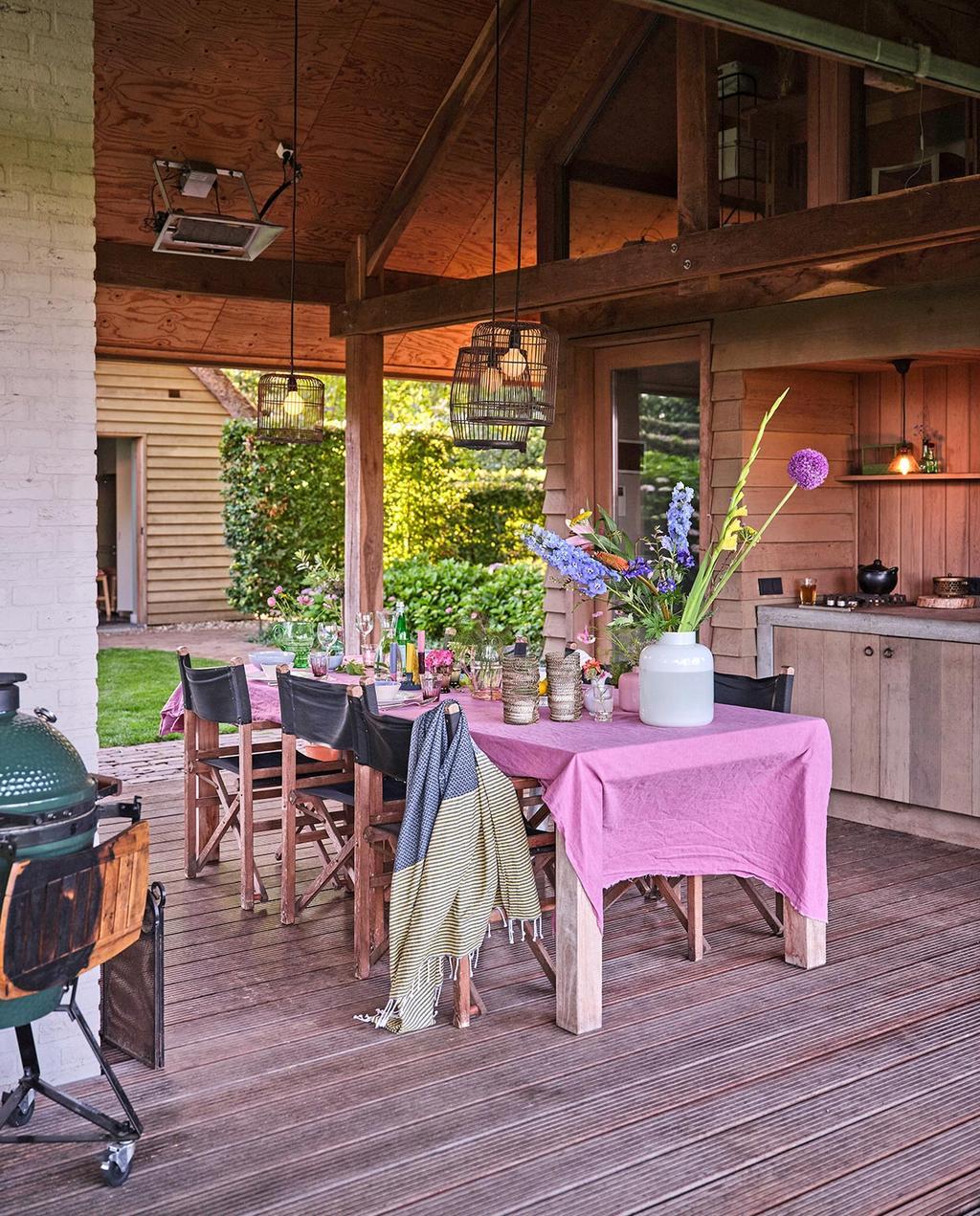 vtwonen tuin special 3 2021 | tafel met roze tafelkleed en een barbecue