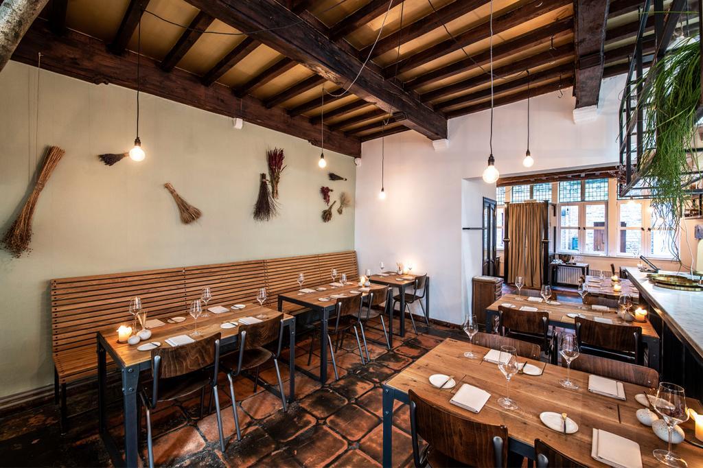 Bruine stoelen aan bruine tafels in Heritage Gent