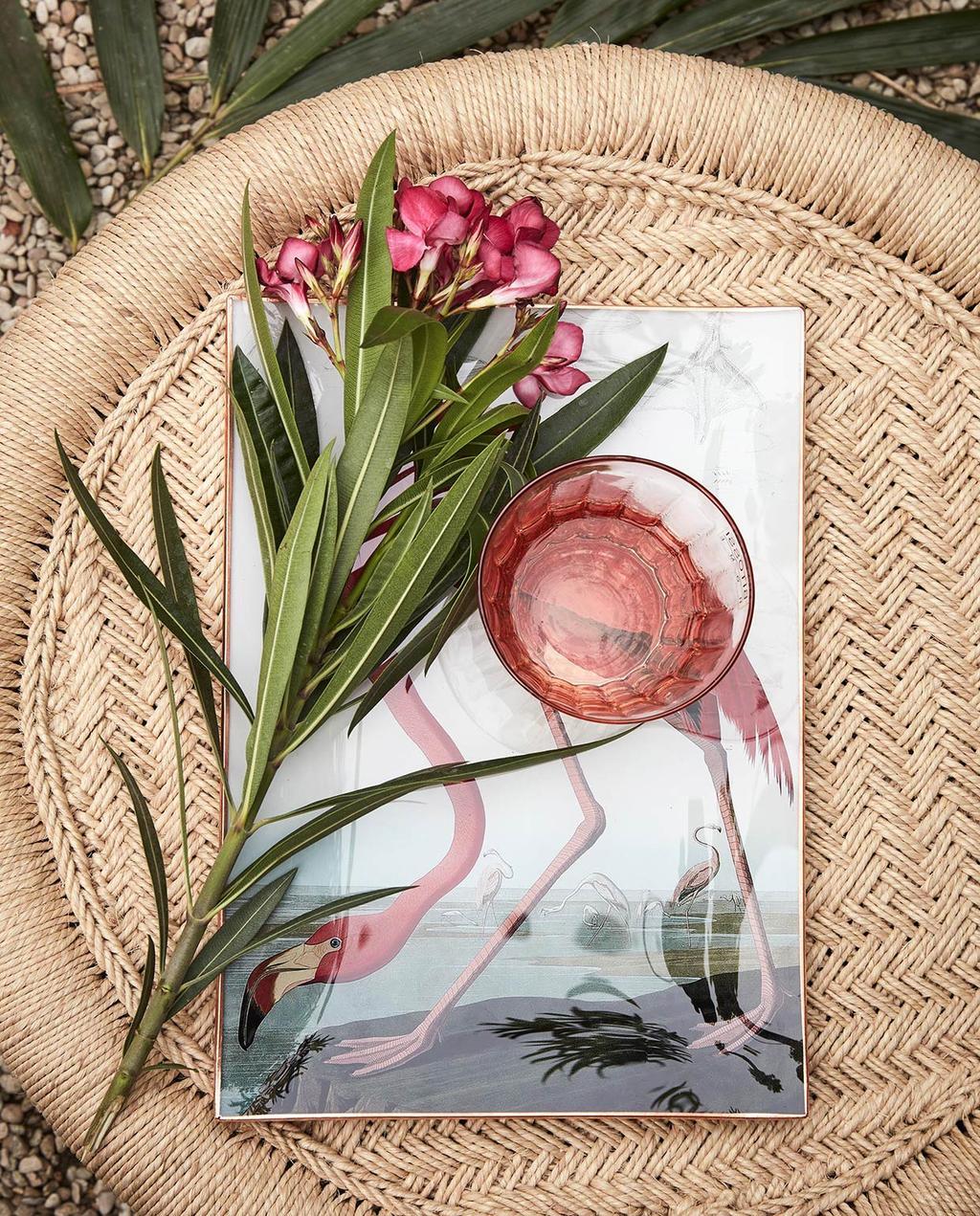 vtwonen 09-2016 | rieten tafel met aardetinten met flamingo poster en bloemen