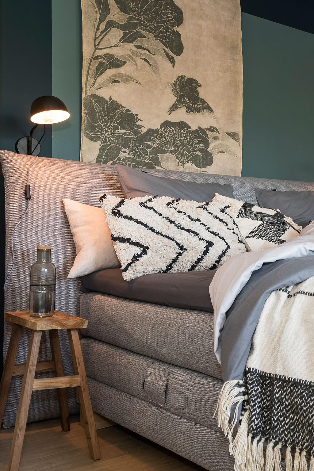 Groene muur en boxspring van Beter Bed in de slaapkamer van Carlo en Carolien uit de achtste aflevering van het tweede seizoen van 'Een frisse start met vtwonen'.