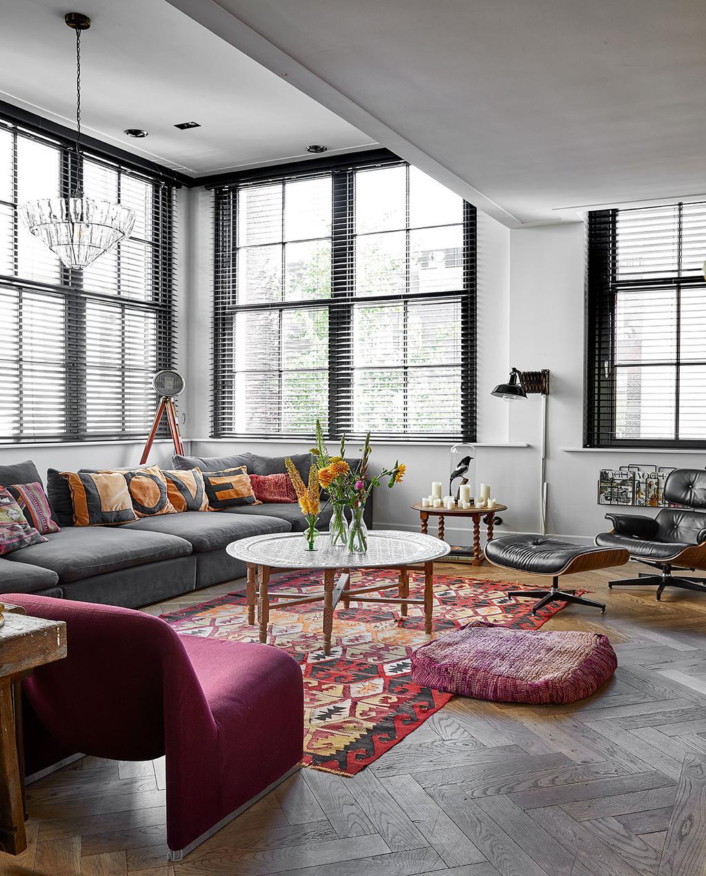 vtwonen 02-2021 | binnenkijken bij Martine, de woonkamer met een grijze bank en vloerkleed