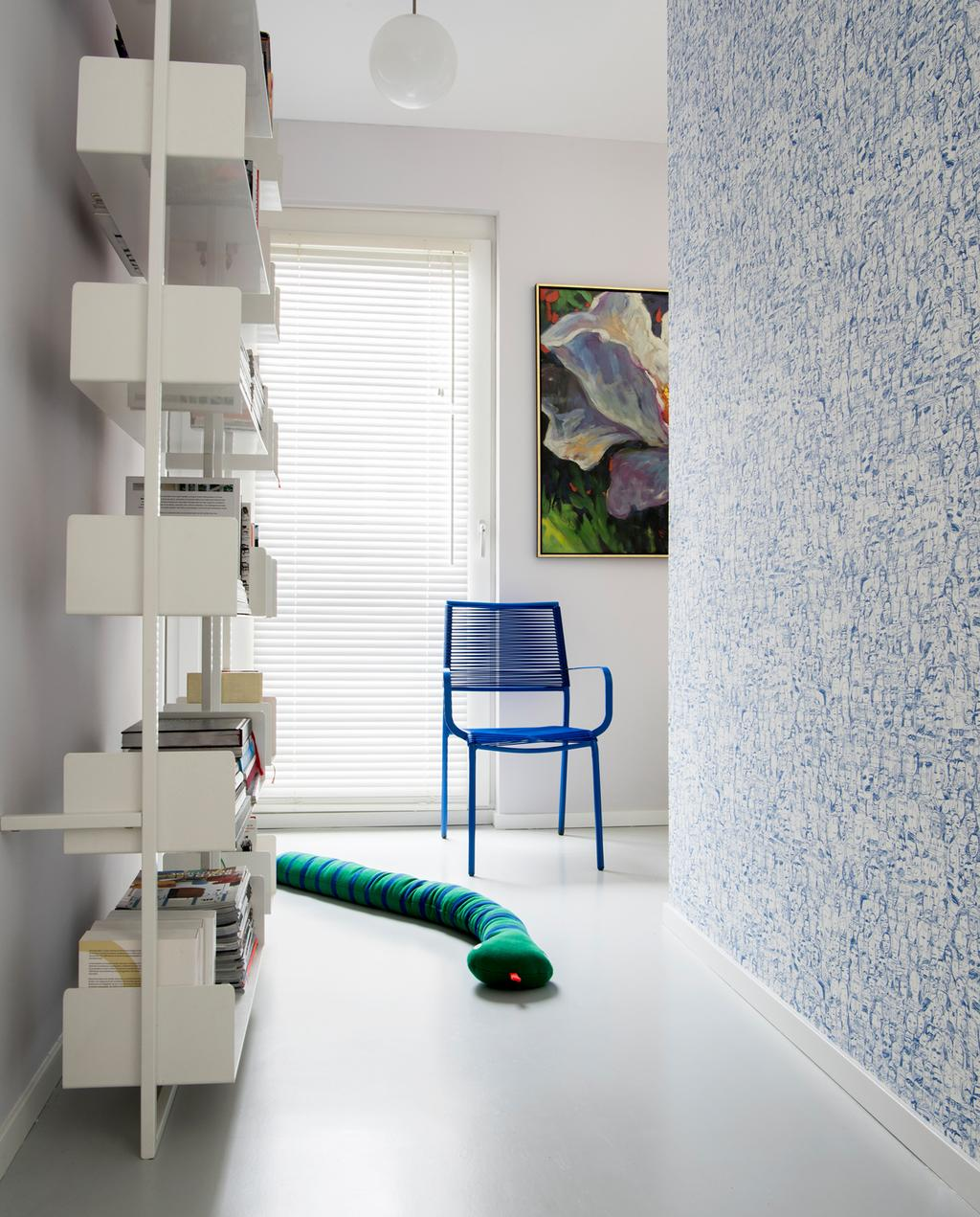 vtwonen binnenkijken special | binnenkijken in een kleurrijk nieuwbouwhuis in Eindhoven boekenkast hal