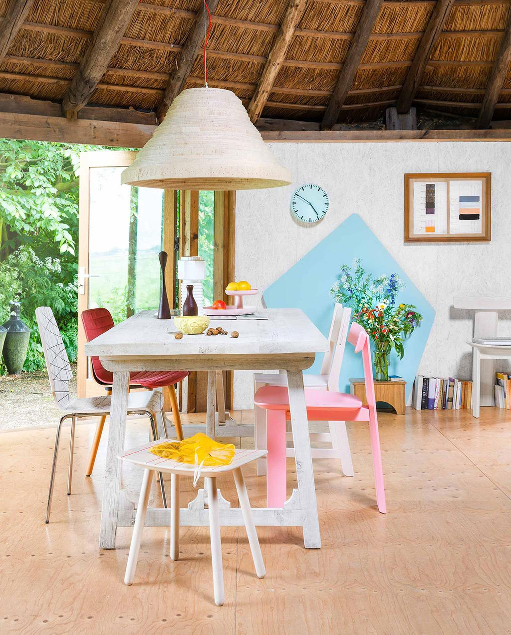 vtwonen 08-2016   witte tafel met kleurrijke stoere