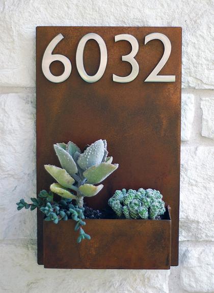 Opvallend huisnummer met vetplanten
