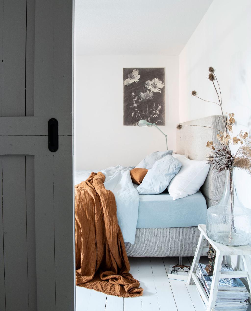 vtwonen 09-2020 | binnenkijken minimalistische woning amsterdam lichte slaapkamer lichtblauw beddengoed
