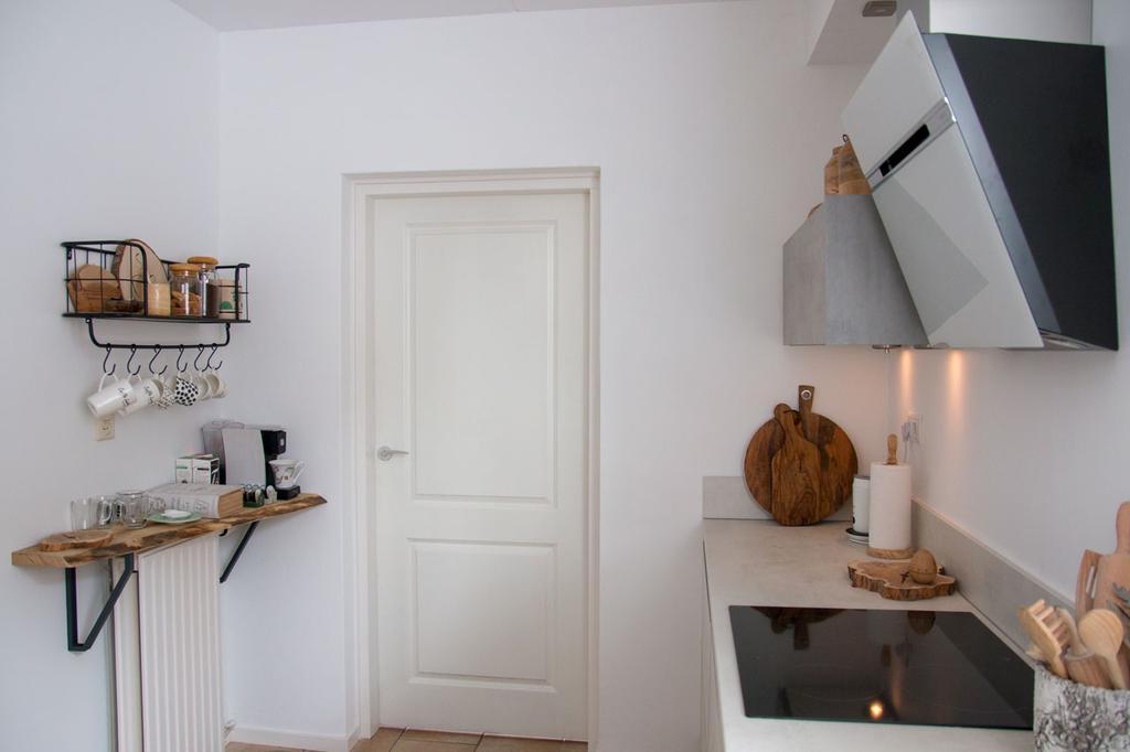 overzicht-van-de-andere-kant-boven-de-radiator-heb-ik-van-een-stuk-boomstamplank-plankdragers-van-ikea-en-een-wandrekje-een-koffie-theehoekje-gecreeerd