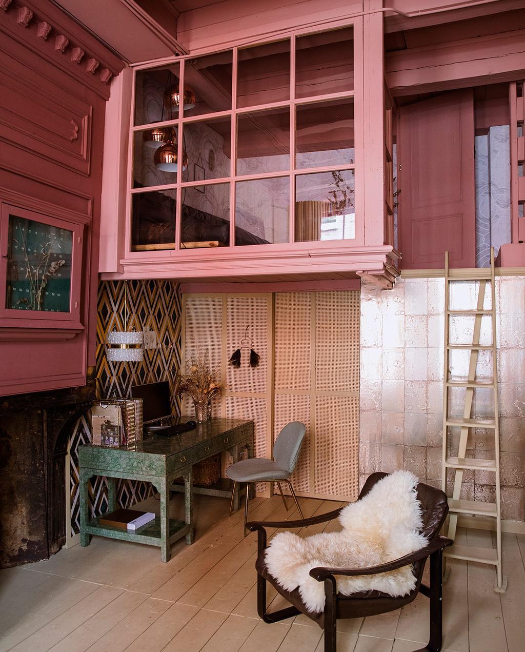 vtwonen 06-2021   trap naar boven met een roze glazen wand en aparte kamer
