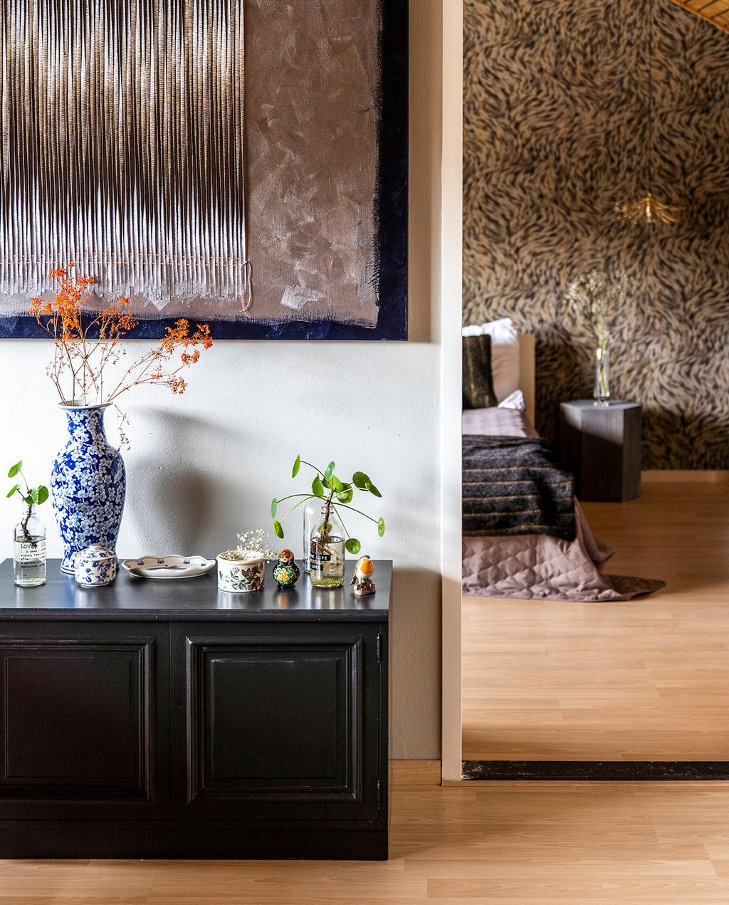 vtwonen 04-2020 | zwarte lak dressoir met kunst en inkijk op de slaapkamer Mierlo
