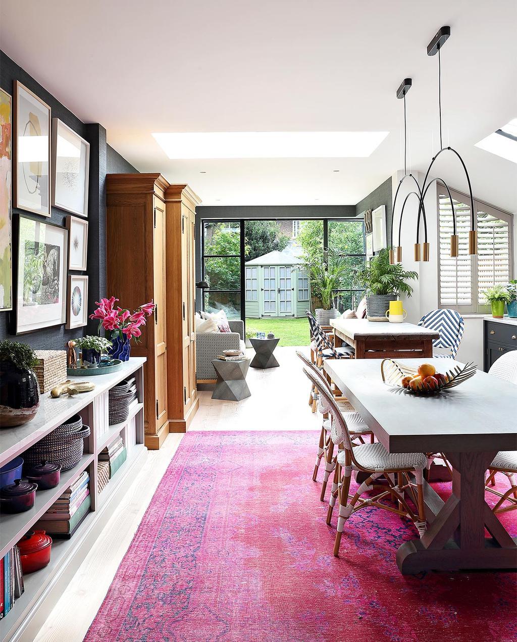 vtwonen casas especiais de verão 07-2021 |  tapete grande com mesa de jantar e lâmpadas suspensas