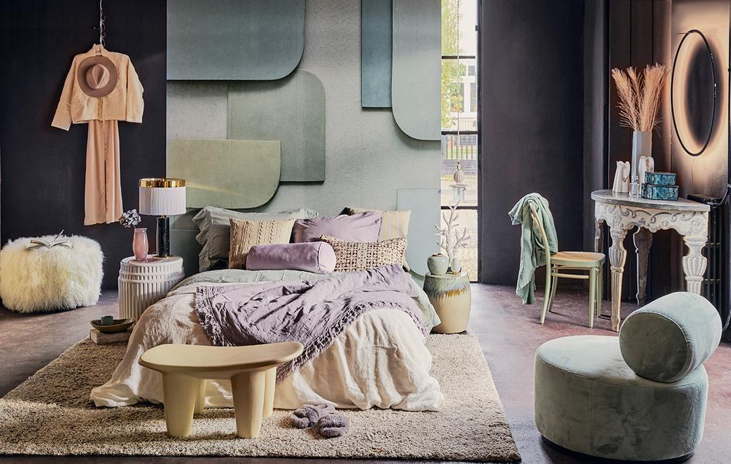 vtwonen 06-2021 | stijlencocktail met een opgemaakt bed en modern pastel tinten I stijlenmix in huis