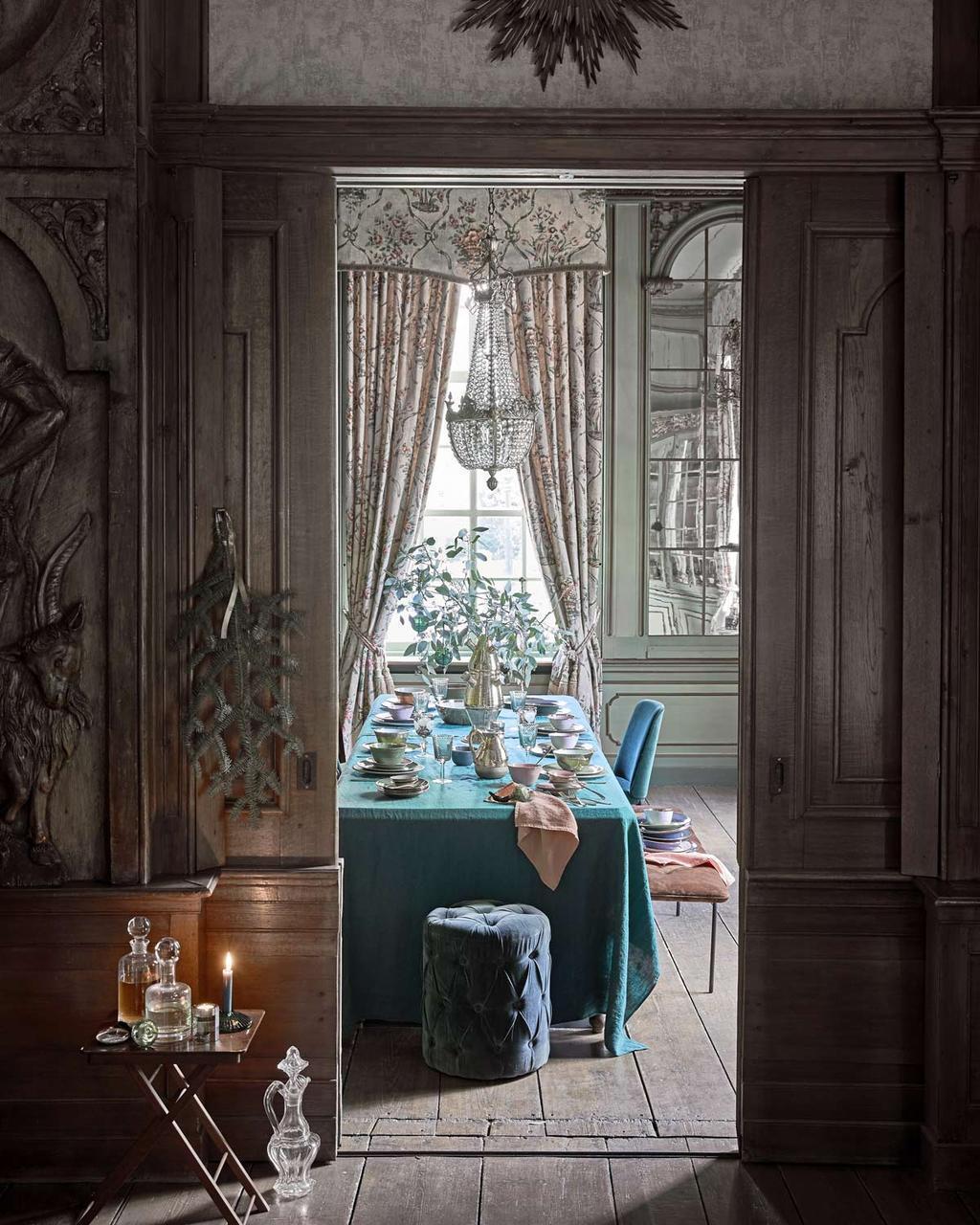 Een feestelijke eettafel voor een luxe kerst dinner in groen en gouden kleuren.