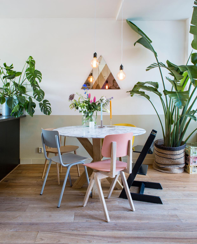vtwonen 03-2020 | Binnenkijken tussenwoning Haarlem eetkamertafel