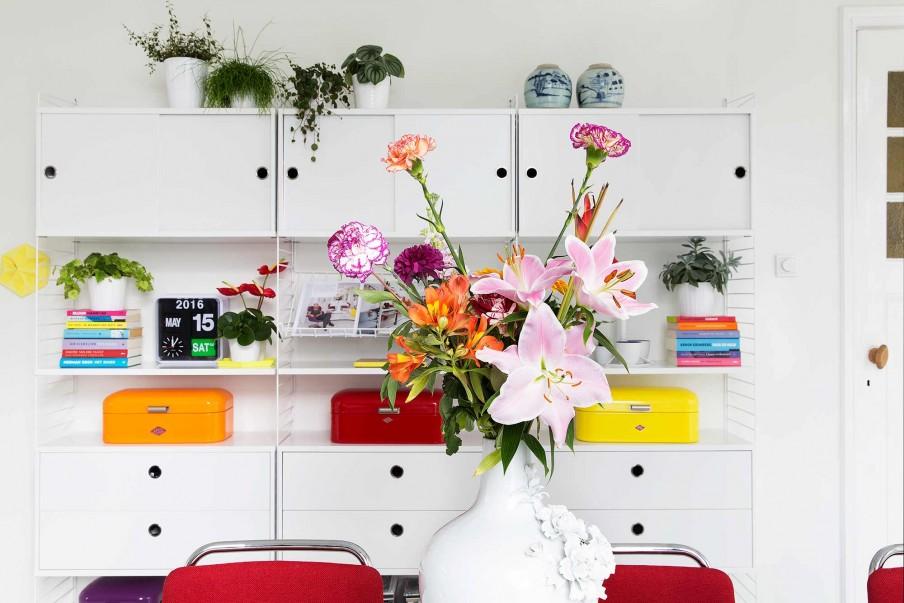 meubles blancs boîtes colorées