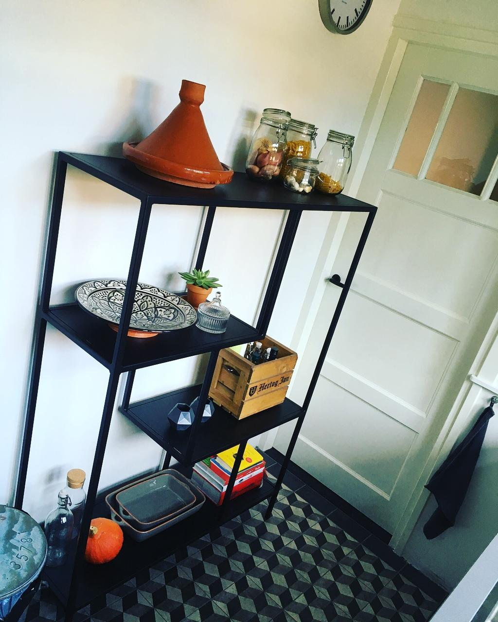 een-mooie-zelfgemaakte-wandkast-waar-we-allerlei-spulletjes-in-kwijt-kunnen