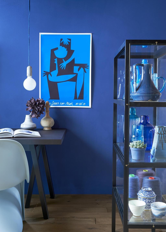 mur bleu et vitrine