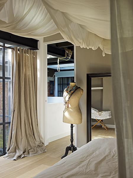 Slaapkamer met gordijnen aan het plafond
