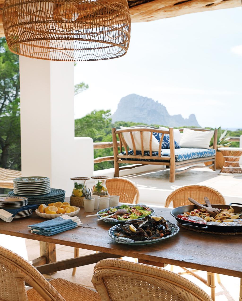 vtwonen 08-2020 | bk buitenland ibiza eettafel met rotan stoelen