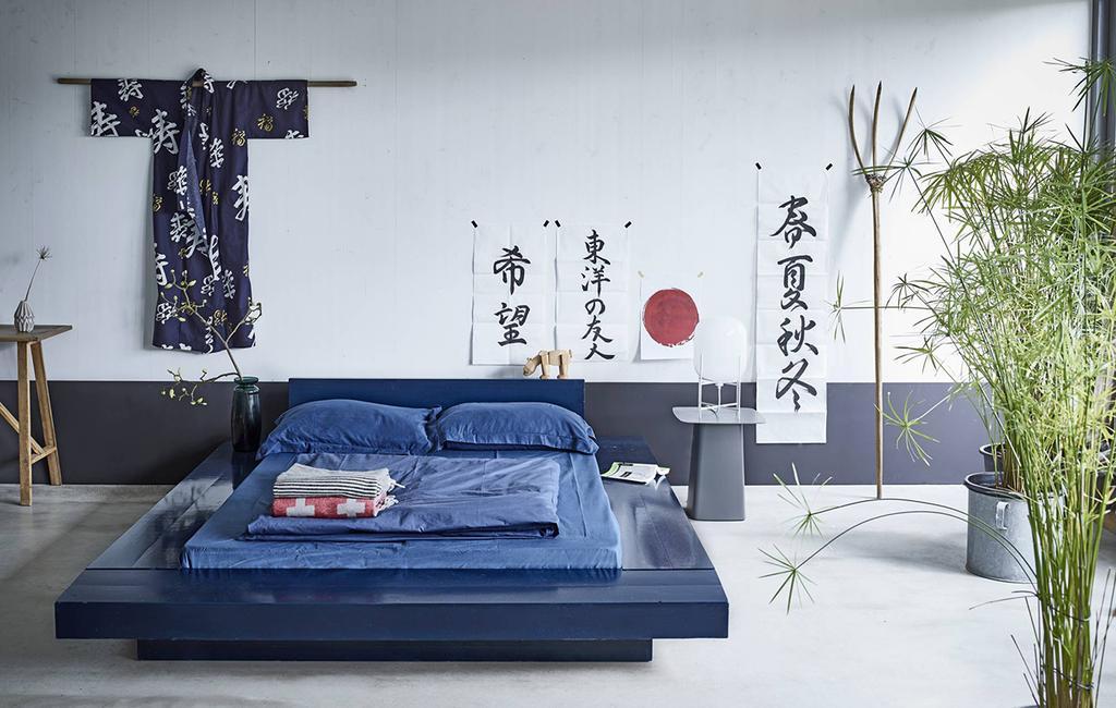 vtwonen 05-2016 | slaapkamer met blauw gedekt bed en printen op achtergrond