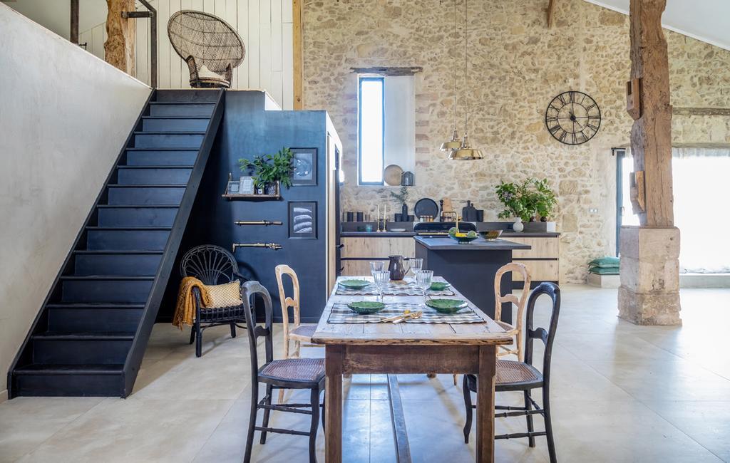 vtwonen 05-2021 | woonkamer met houten eettafel en zwarte trap