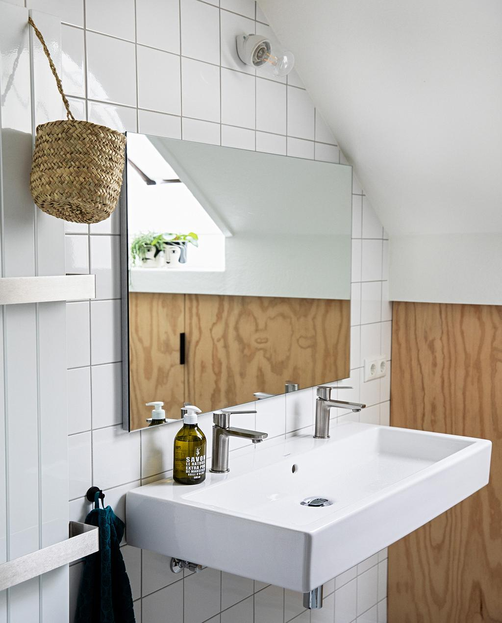 vtwonen 04-2021 | tegels in badkamer met houten wand
