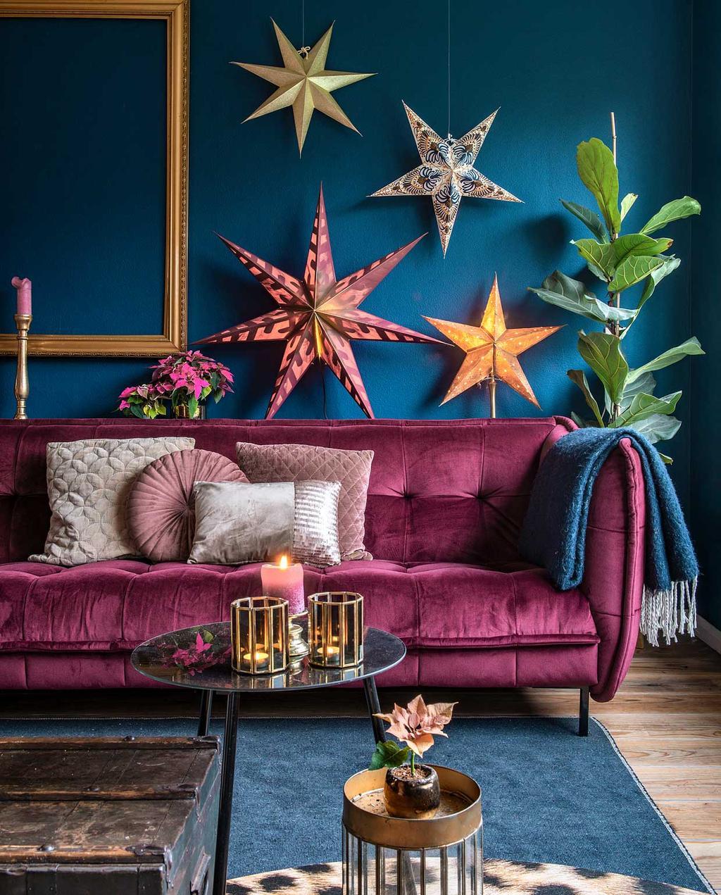 vtwonen 2020-12   Binnenkijken kersthuis   woonkamer met blauwe muur en sterren