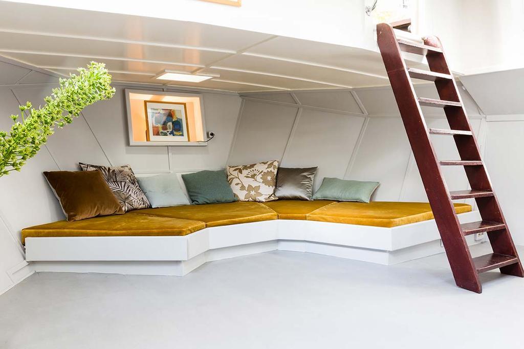 weer verliefd op je huis make over woonboot loungehoek met gele matraskussens