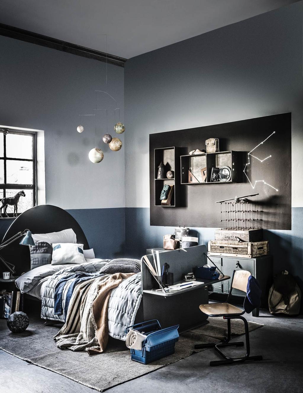 Een donkere slaapkamer met zwart vlak op de muur