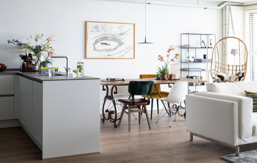 vtwonen bk special 03-2020 | binnenkijken Almere eethoek met velvet eetkamerstoelen