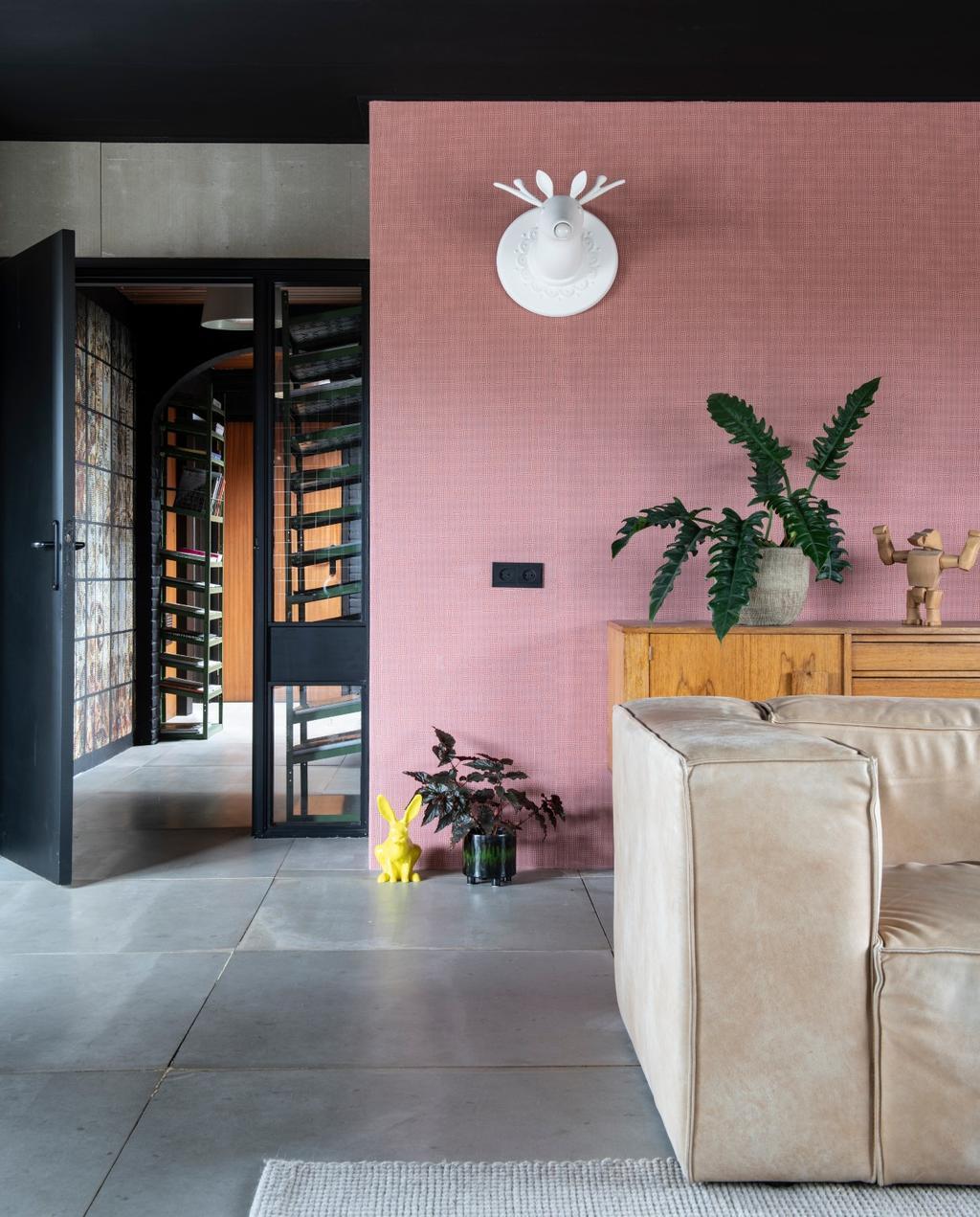 vtwonen binnenkijken 03-2020 | Binnekijken Heerhugowaard roze muur met leren bank