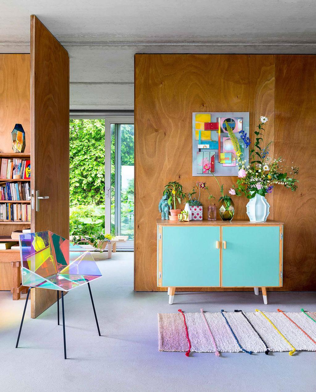 vtwonen 08-2016 | houten scheidingswand kleurrijk interieur | kleur in huis