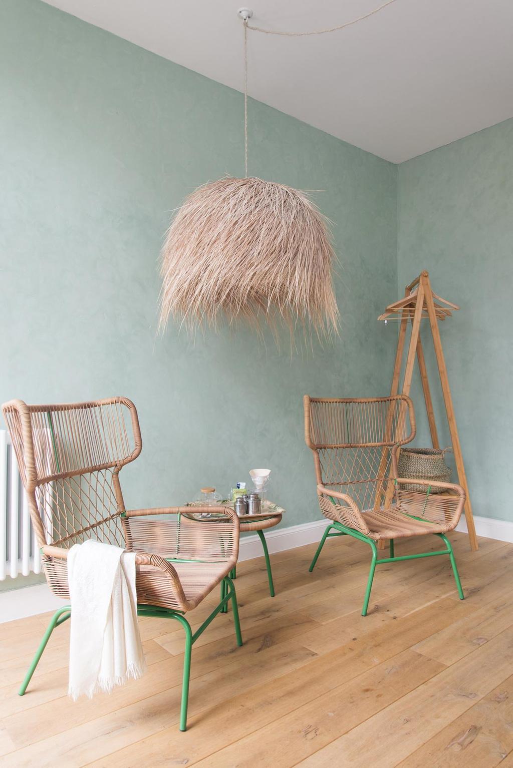 De Nature kamer met rieten meubels en groene muur in B&B The Doghouse in Brugge