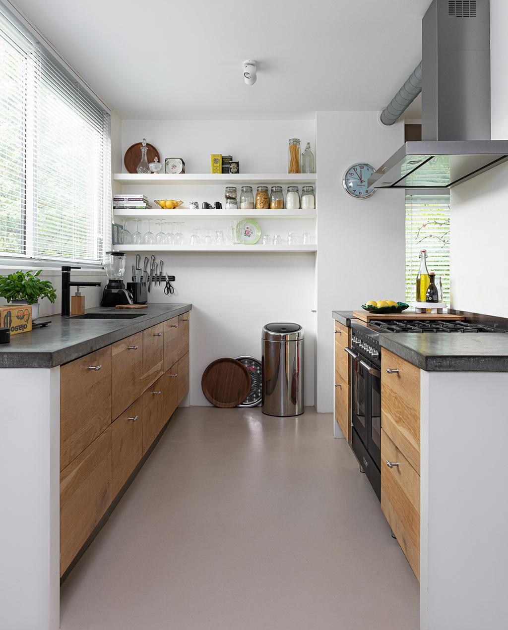 vtwonen 04-2021 | keuken met houten kasten en gietijzeren vloer