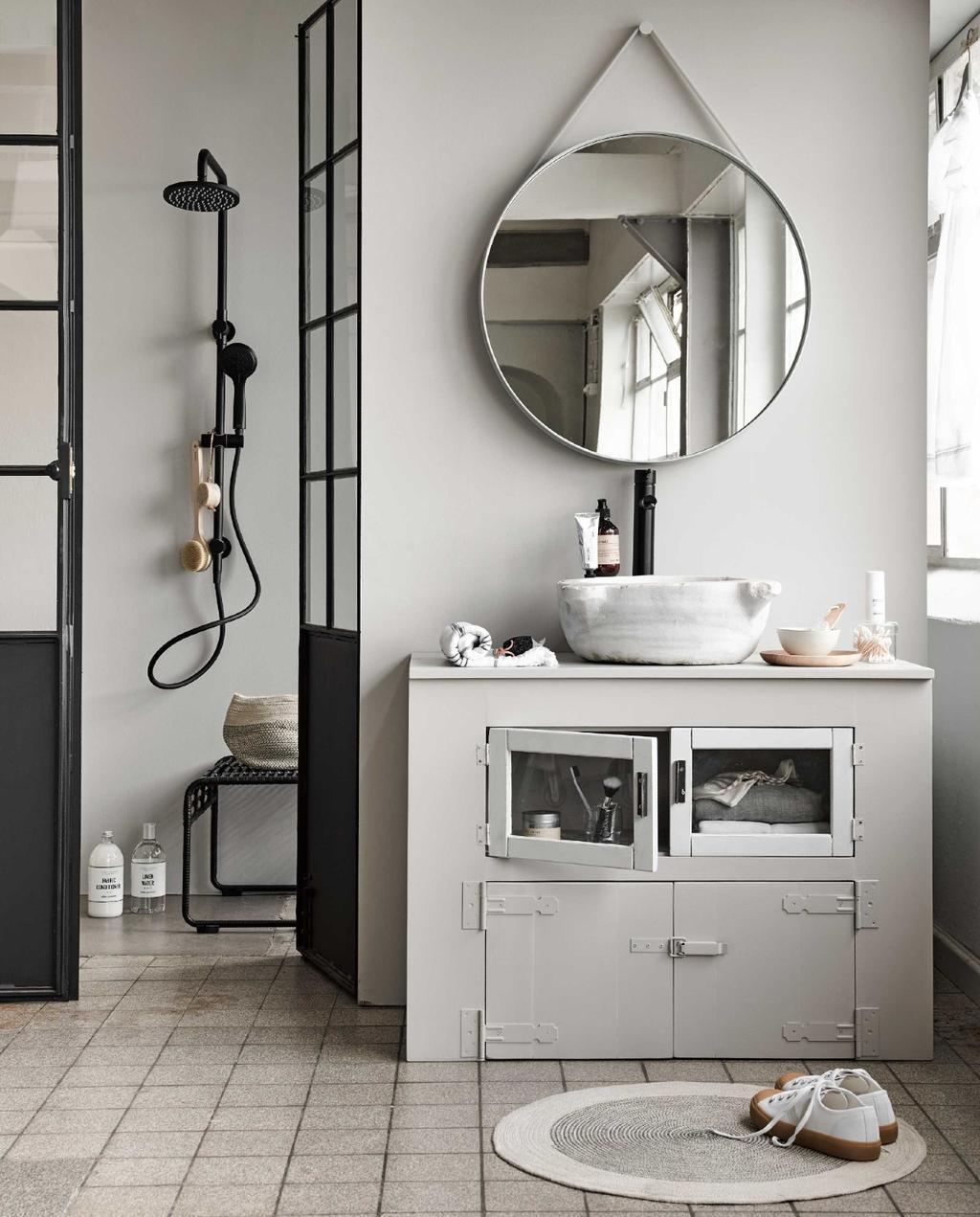 badkamer | douche | grijs | zwart | stalen deuren | ronde spiegel | badkamerkast | zwarte kraan