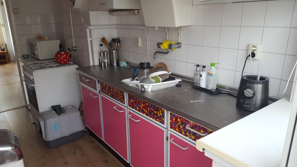 mijn-oude-keuken-was-oorspronkelijk-wit-maar-omdat-ik-het-zo-saai-en-lelijk-vond-had-ik-de-fronten-beplakt-met-vrolijk-folie
